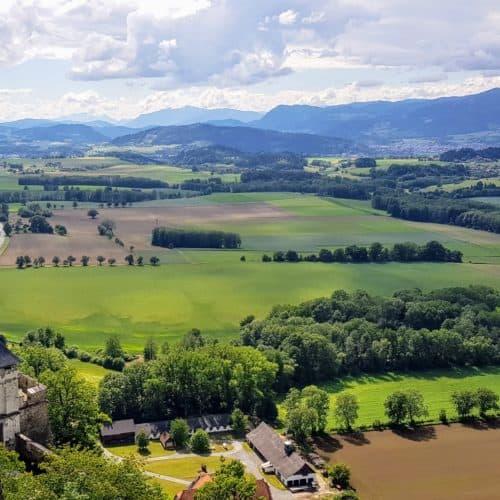 Landschaftstor mit Aussicht - eines der 14 Burgtore der Burg Hochosterwitz - Urlaub in Kärnten, Österreich