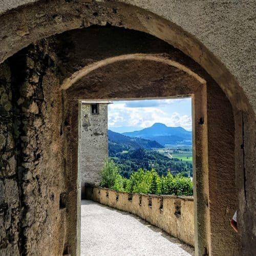 Blick durch Mauertor zum Waffentor auf der mittelalterlichen Burg Hochosterwitz - TOP Ausflugsziel in Kärnten