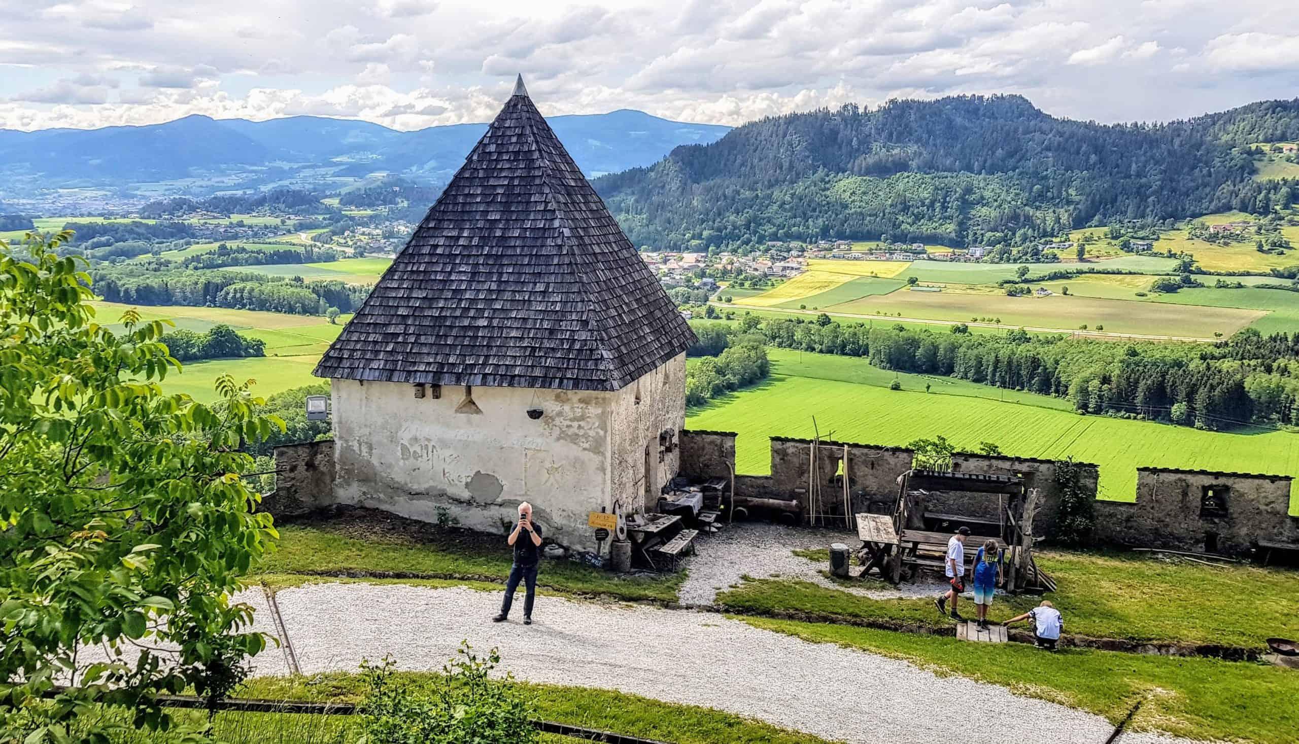 Familienausflug auf Burg Hochosterwitz. Blick vom Reisertor auf Schmiede und Landschaft in Kärnten