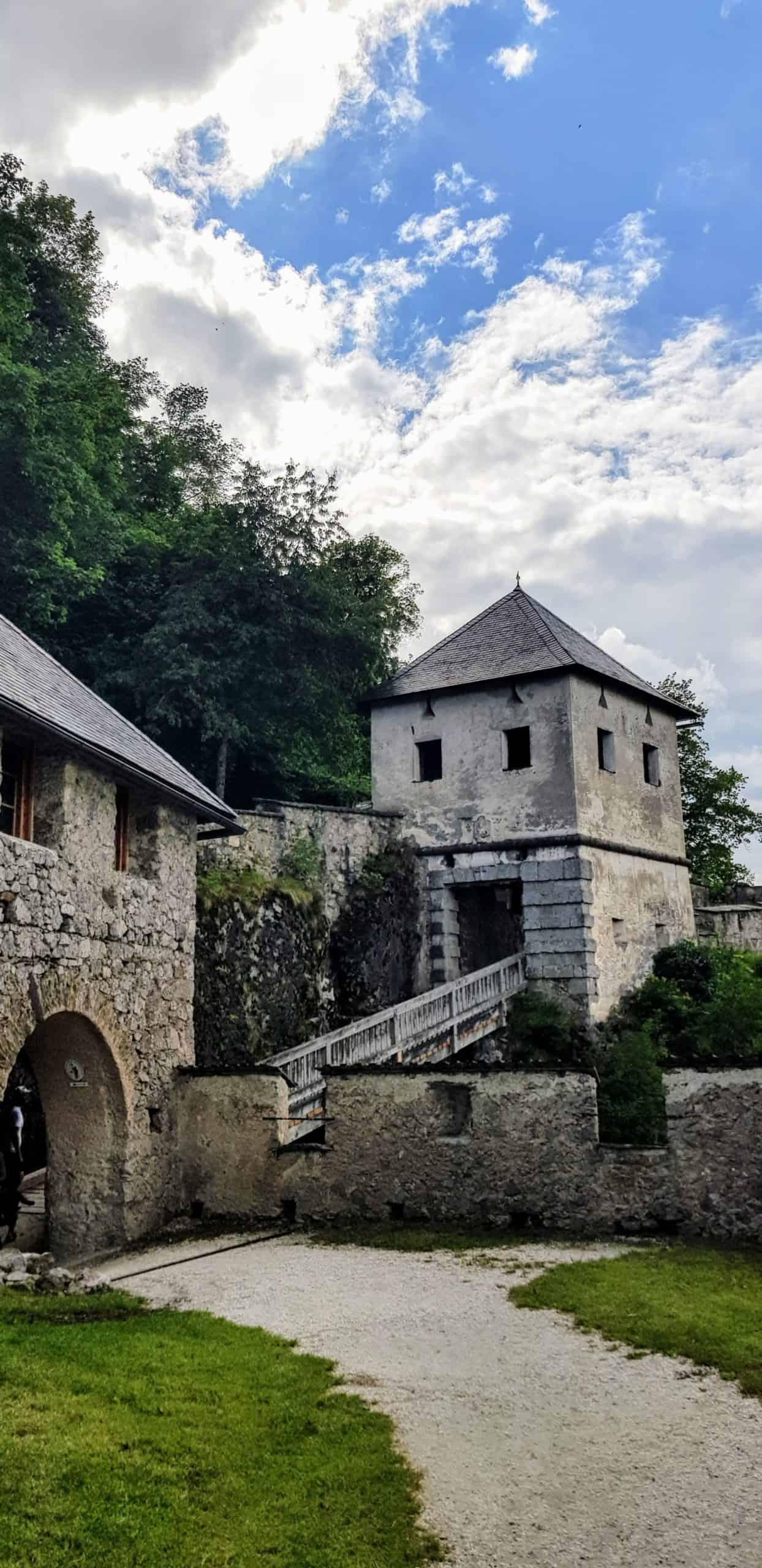 Khevenhüllertor vor Gardemuseum auf der familienfreundlichen Burg Hochosterwitz in Österreich.