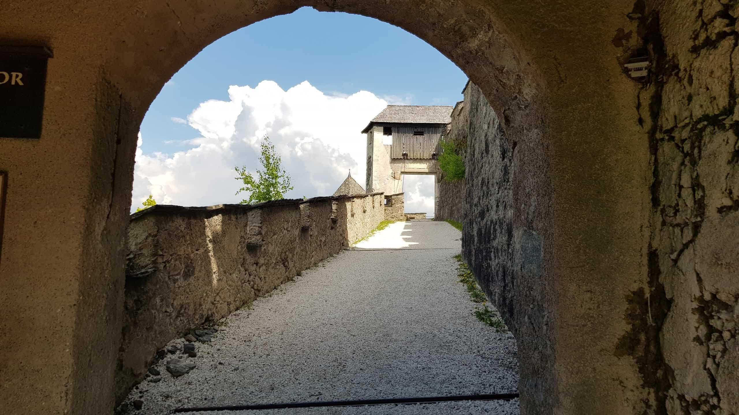 Blick durch Mauertor zum Brückentor auf der mittelalterlichen Burg Hochosterwitz - TOP Ausflugsziel in Kärnten