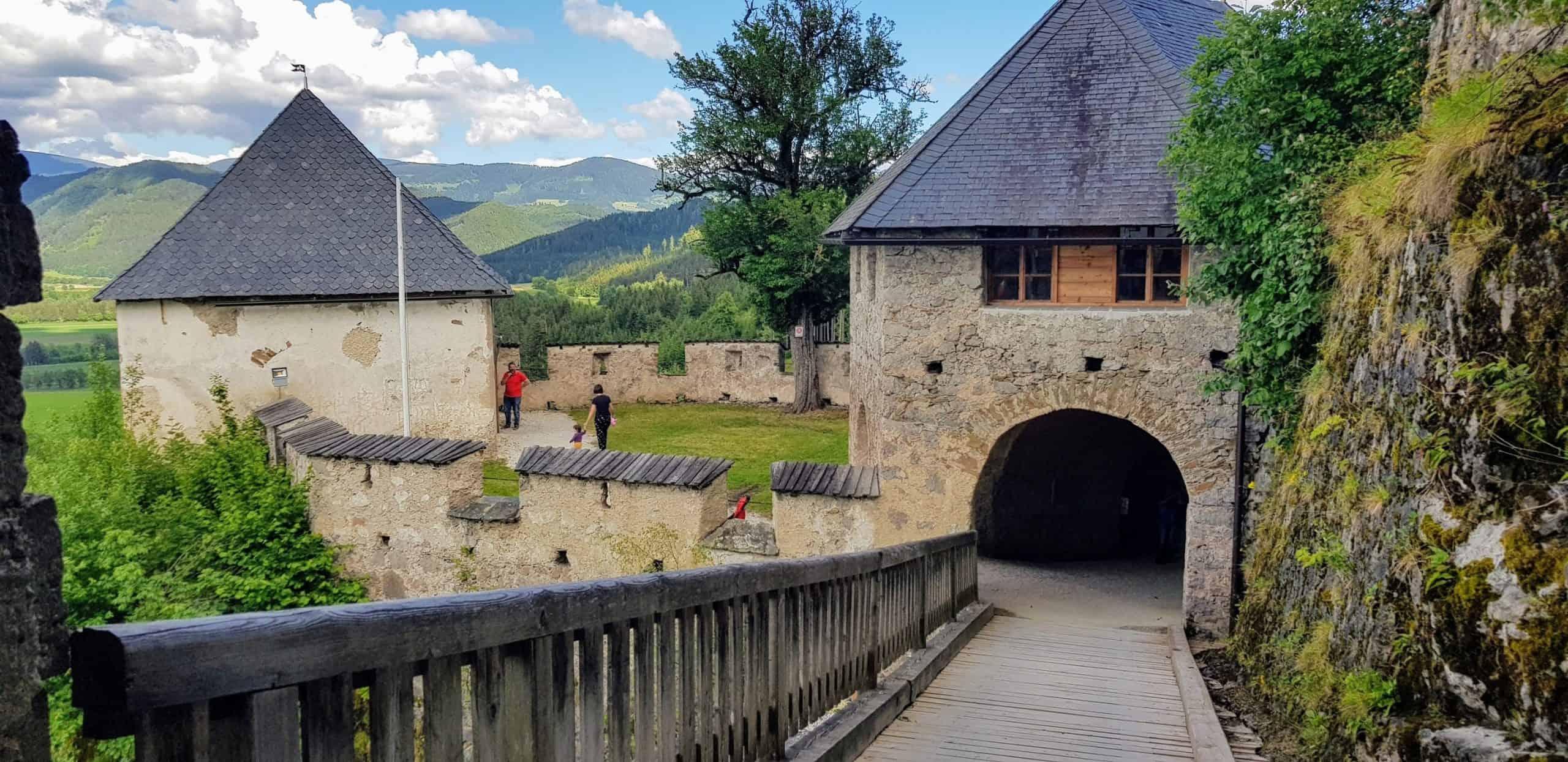 Durch Engeltor geht es zum Khevenhüller-Gardemuseum auf der Burg Hochosterwitz - Wahrzeichen in Kärnten, Nähe Klagenfurt