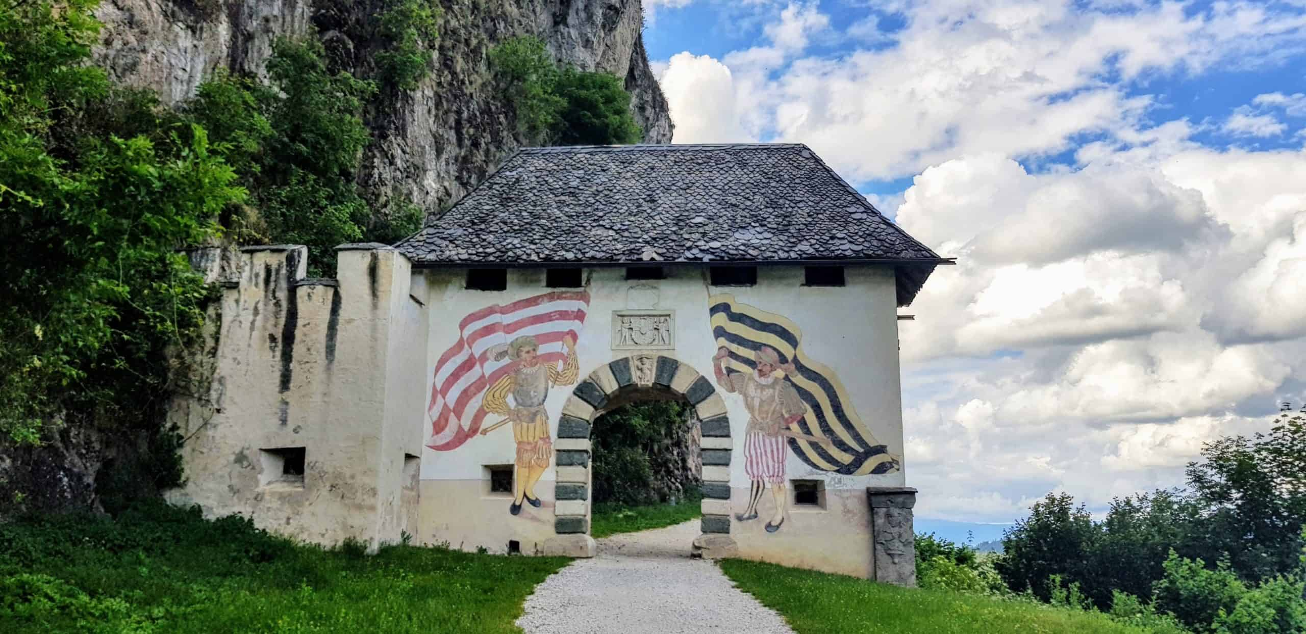 Familienausflüge in Kärnten - Burg Hochosterwitz. Eingang durch das Fähnrichtor - eines von 14 Toren auf die Burg