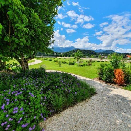 Garten im Schloss Rosegg mit Aussicht auf Tierpark und Karawanken in Österreich