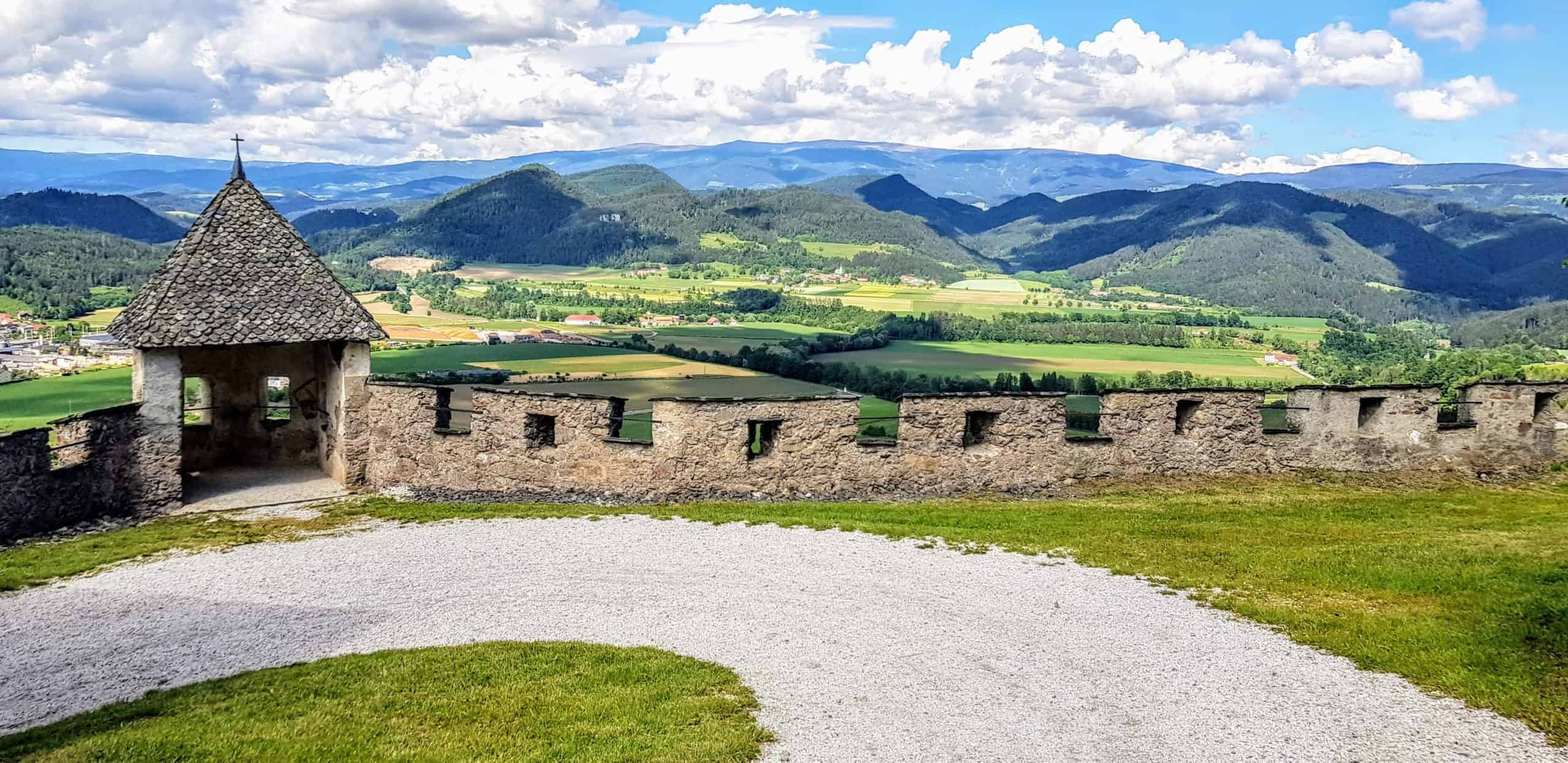 Landschaft Kärnten nach Brückentor auf der Burg Hochosterwitz mit Burgmauer