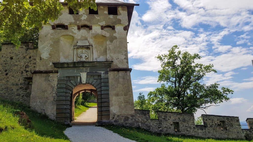 Khevenhüllertor auf die Burg Hochosterwitz in Österreich