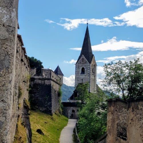 Burgkirche bei Wanderung auf Burg Hochosterwitz durch Burgtore in Kärnten. Ausflugsziel in der Nähe von St. Veit