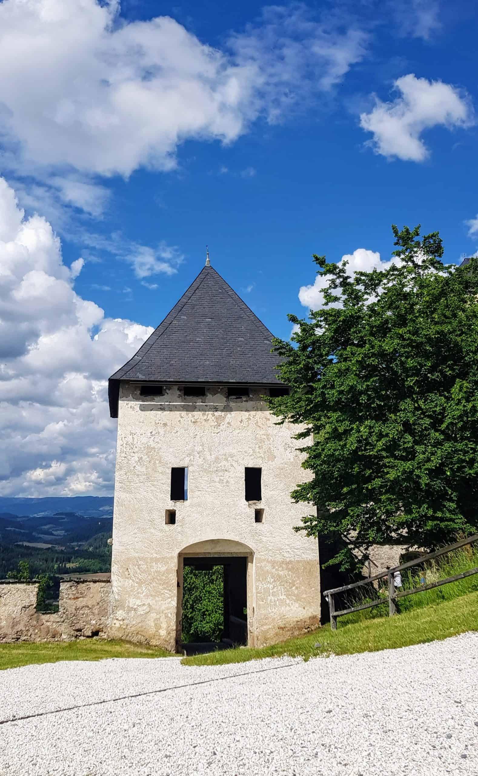 Rückseite Landschaftstor Burg Hochosterwitz. Familienausflugsziel in Kärnten, Nähe Klagenfurt