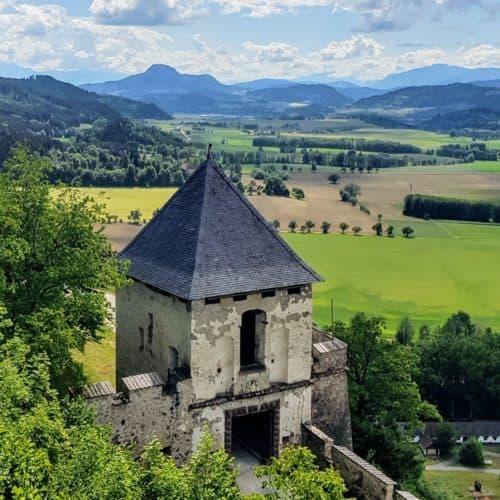 Mittelalterliche Ausflugsziele in Österreich: Burg Hochosterwitz. Landschaftstor und Blick auf Landschaft in Kärnten.