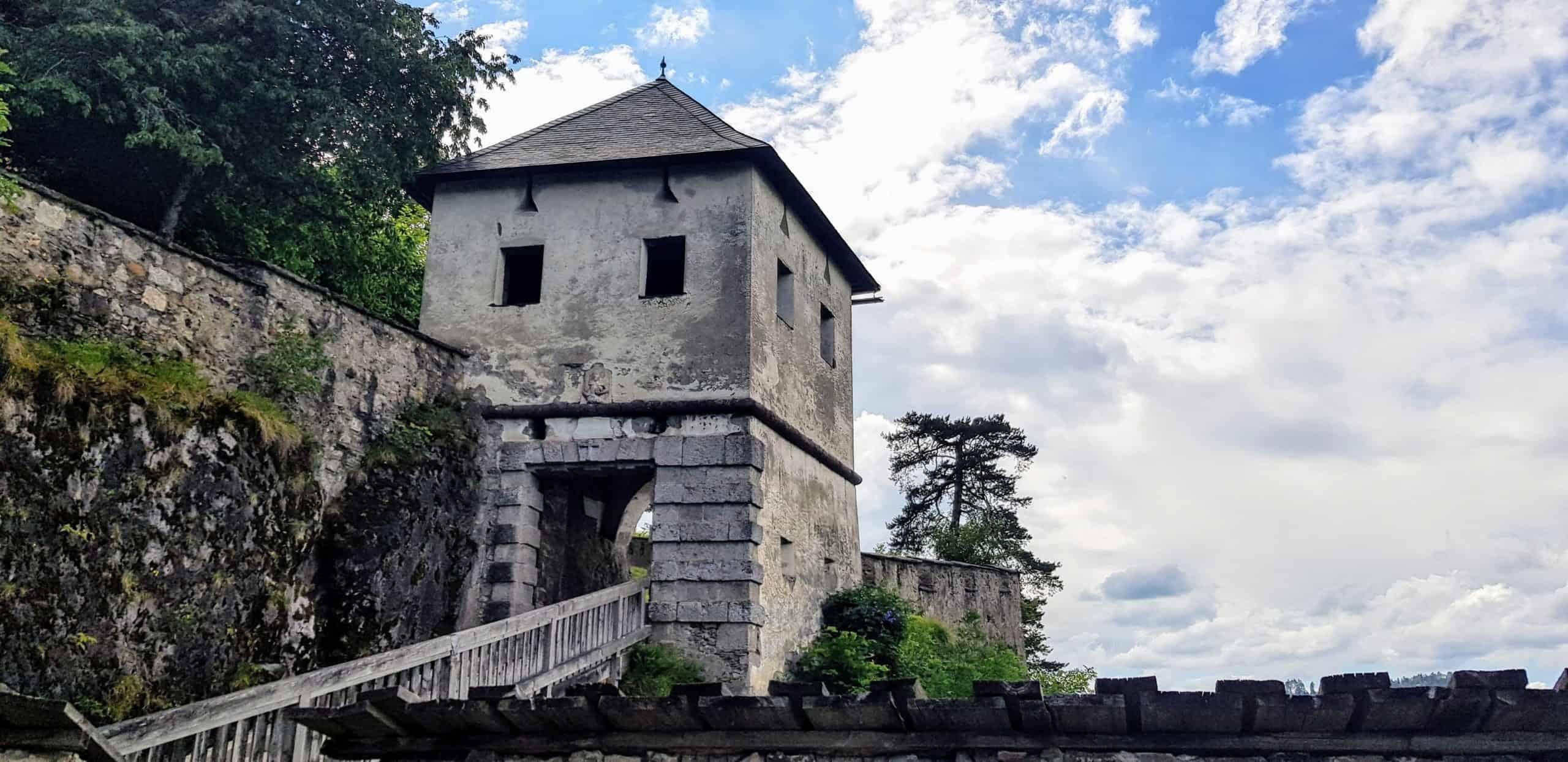 Familienfreundliche Wanderung auf die Burg Hochosterwitz in Kärnten mit mittelalterlichem Löwentor über Schlucht.