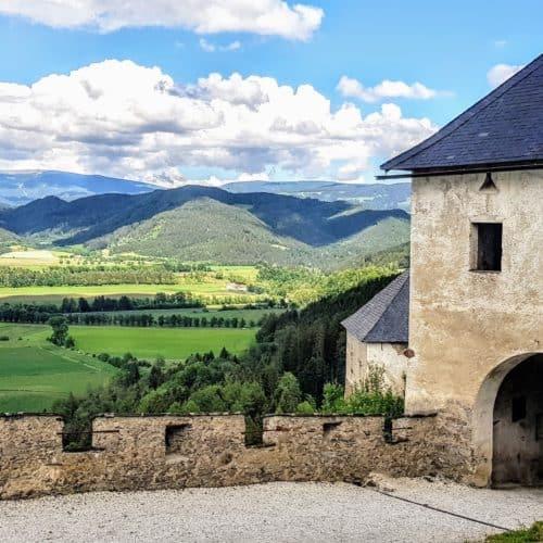 Löwentor Rückseite mit Blick auf die Kärntner Landschaft - Mittelalter-Ausflugsziel Burg Hochosterwitz in Kärnten