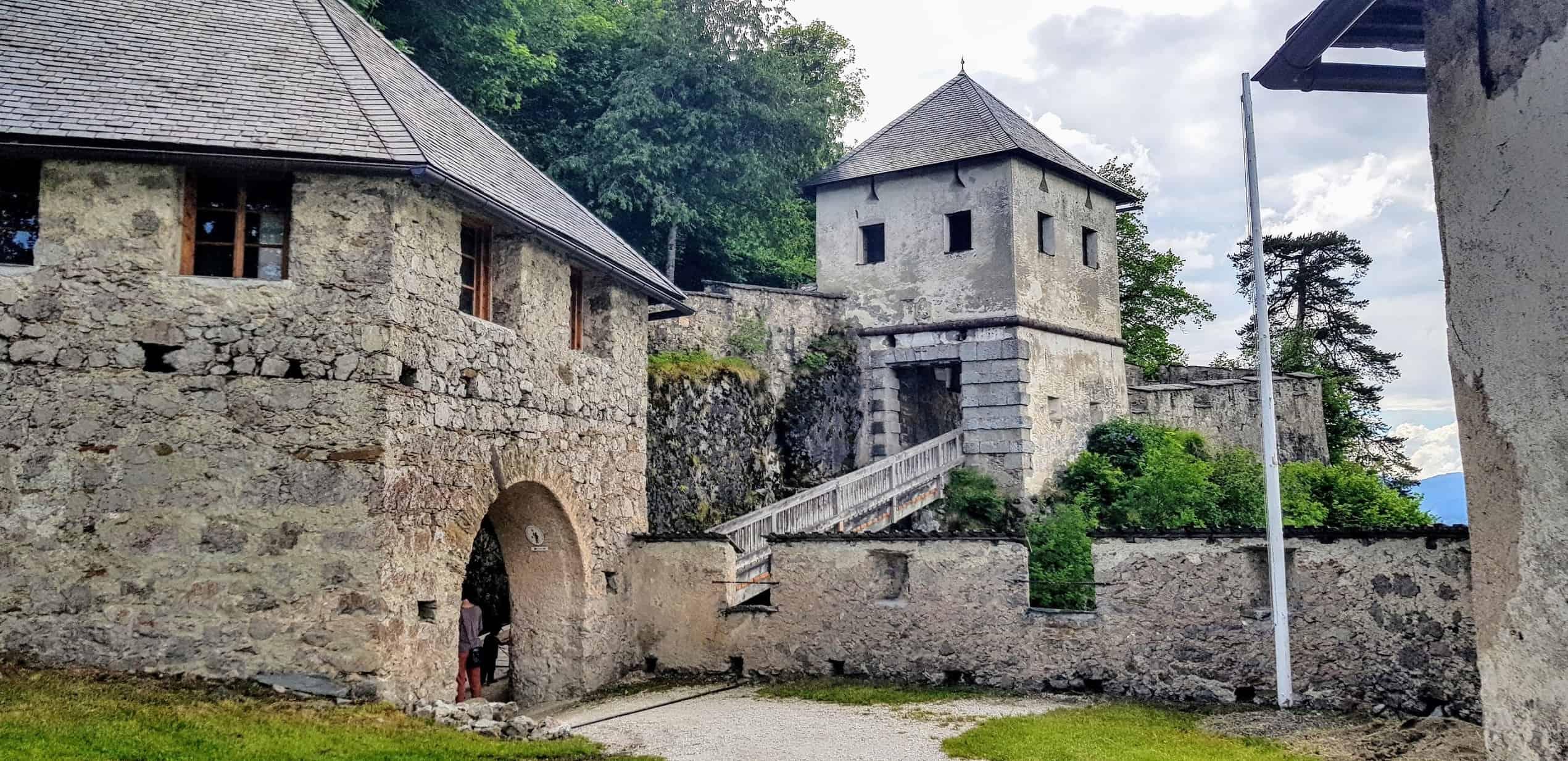 Entlang der Wanderung auf die Burg Hochosterwitz mit Löwentor und Engeltor vor dem Khevenhüller Gardemuseum bei Kärnten-Urlaub