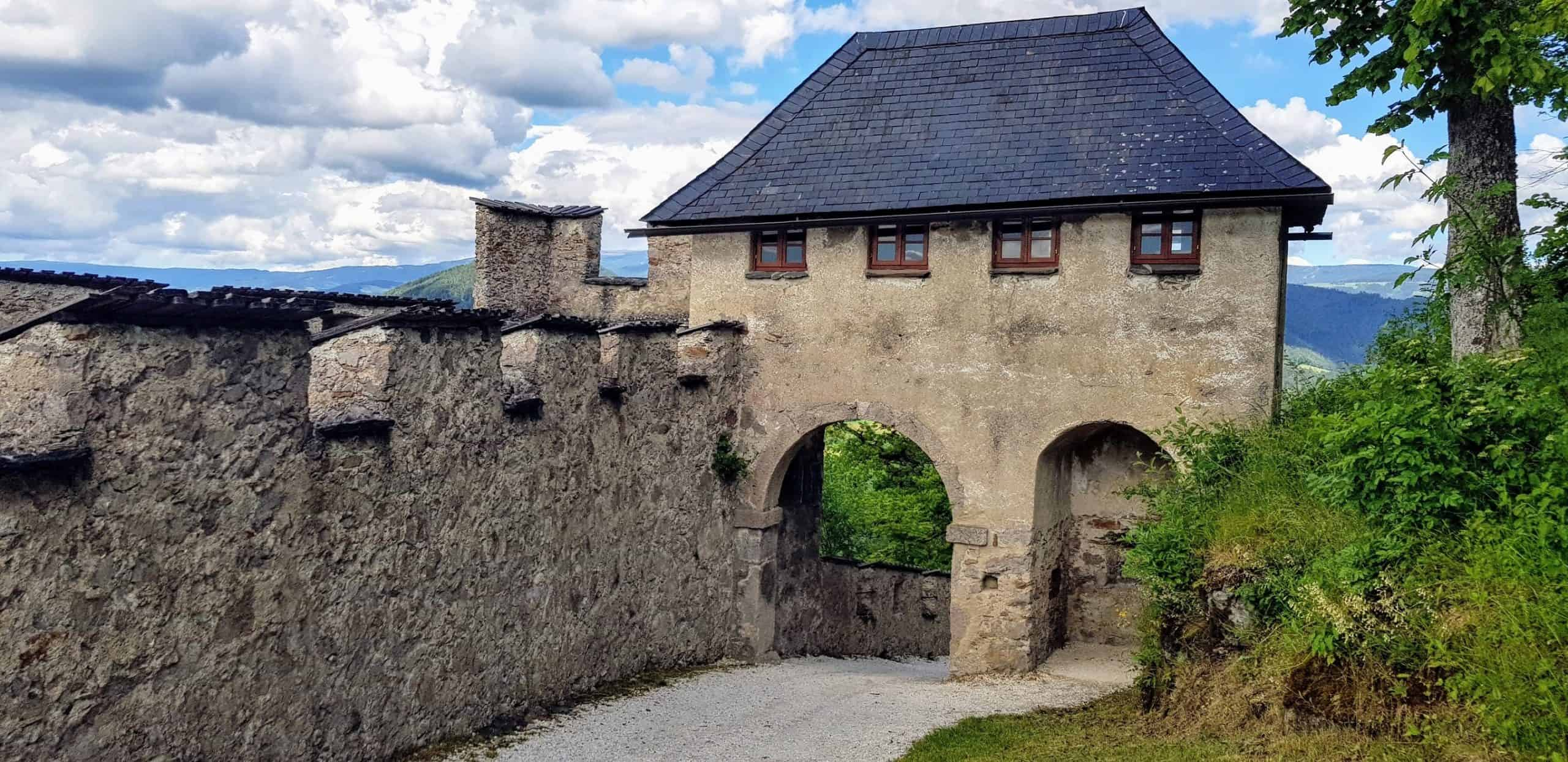 Manntor Rückseite - Mittelalter-Burgtor des Kärntner Ausflugsziels Hochosterwitz, Nähe Klagenfurt und St. Veit bei Österreich-Urlaub