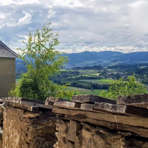 Mauertor Hochosterwitz mit Aussicht auf Landschaft - familienfreundliches Ausflugsziel in Kärnten, Nähe Klagenfurt und St. Veit