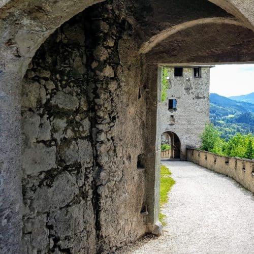 Burgtore in Österreich: Mauertor mit Blick auf Waffentor auf der Burg Hochosterwitz in Mittelkärnten