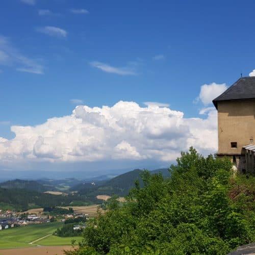 Mauertor Hochosterwitz mit Aussicht auf Landschaft - Ausflug ins Mittelalter in Kärnten, Österreich