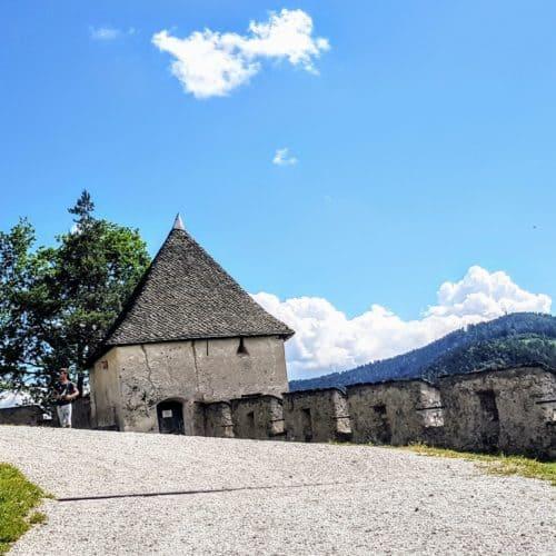 Schöne Wanderung auf die Burg Hochosterwitz in Kärnten durch 14 historische Tore. Berühmtes Ausflugsziel in Kärnten, Österreich