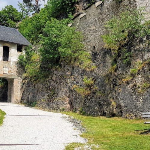Reisertor auf Burg Hochosterwitz mit Rastplatz. Schönes Ausflugsziel mit Kindern in Kärnten