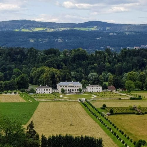 Blick auf Schloss & Labyrinth Rosegg bei Spaziergang durch Kärntens größten Wildtierpark.