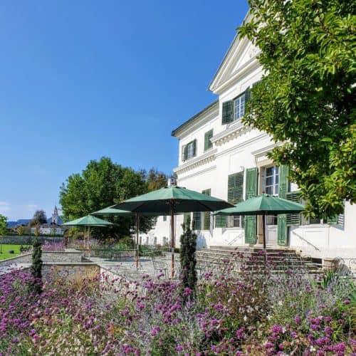 Terrasse & Garten vom Schloss Rosegg - Hochzeitslocation und Cafe in Kärnten, Urlaubs- und Ausflugsziel in Österreich