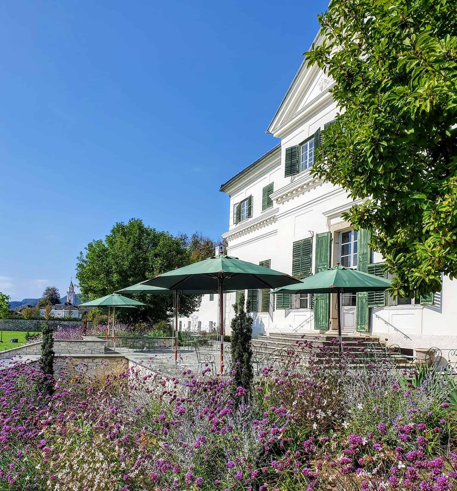 Terasse & Garten vom Schloss Rosegg - Hochzeitslocation und Cafe in Kärnten, Urlaubs- und Ausflugsziel in Österreich