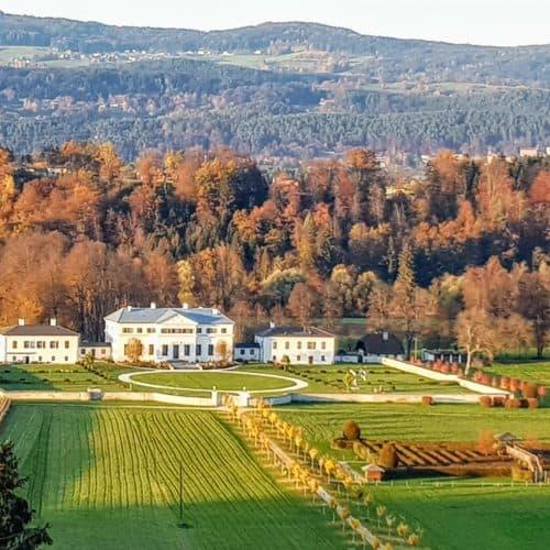 Schloss Rosegg und Labyrinth im Herbst - Ausflugsziel Nähe Wörthersee im Rosental in Österreich.