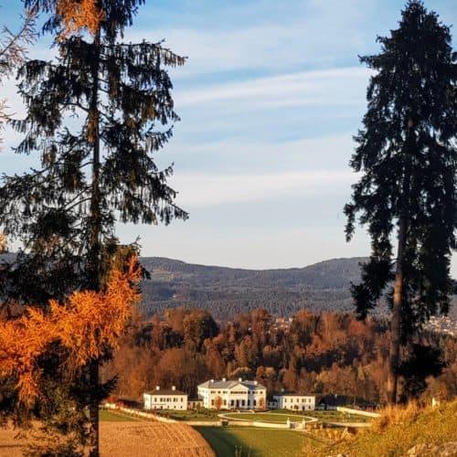 Schloss Rosegg bei Spaziergang durch den Wildtierpark im Rosental - Sehenswürdigkeit in Österreich bei Kärnten-Urlaub