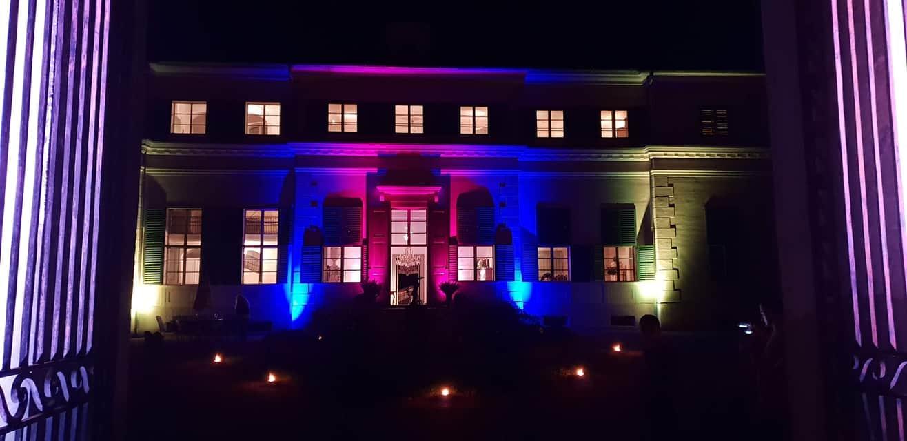 beleuchtetes Schloss Rosegg in der Nähe von Velden am Wörthersee. Veranstaltungen, Events und Hochzeitslocation in Kärnten