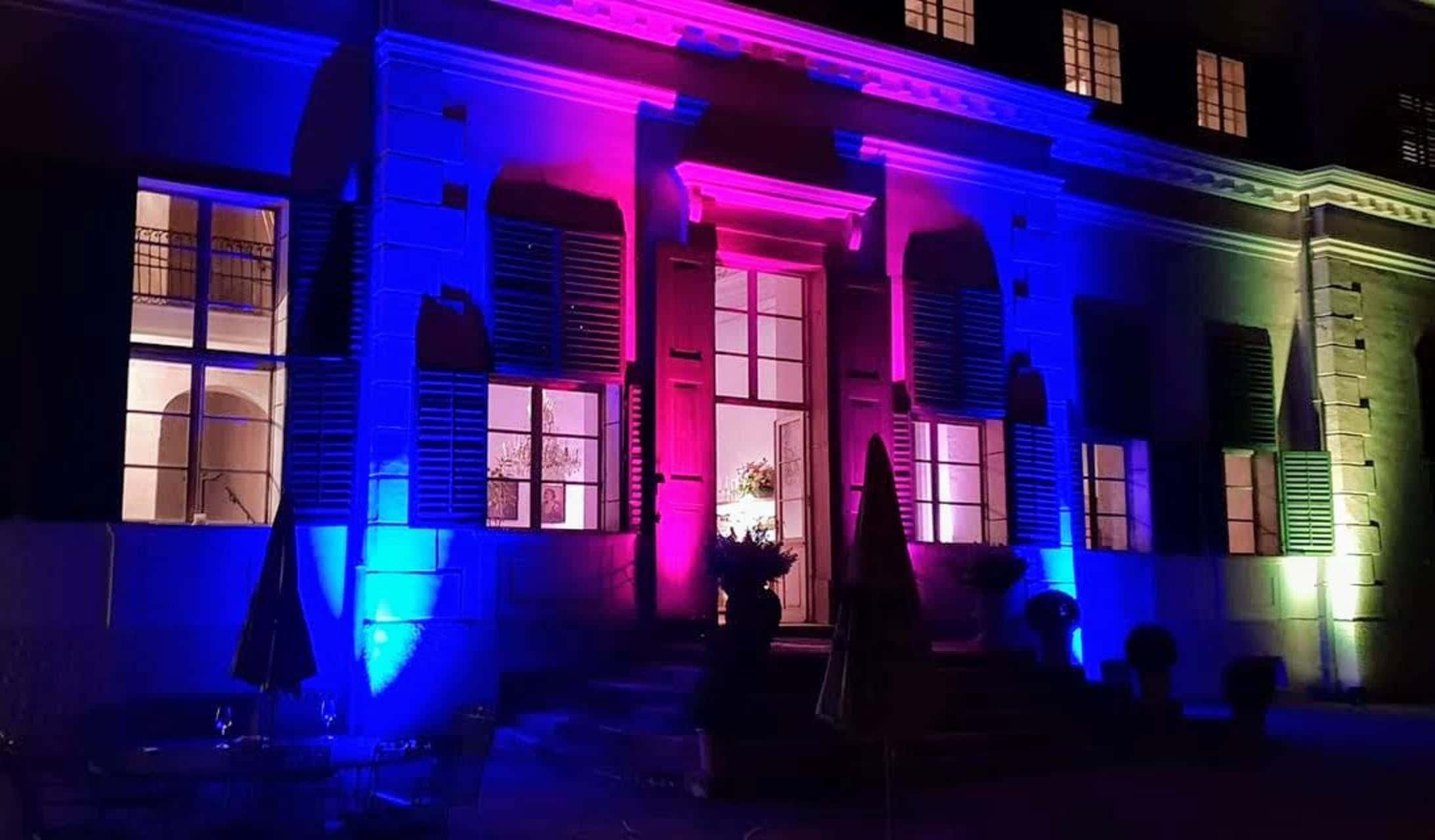 Schloss Rosegg in Kärnten beleuchtet für Event. Das Schloss ist Ausflugsziel, Veranstaltungsort und Hochzeitslocation Nähe Velden am Wörthersee