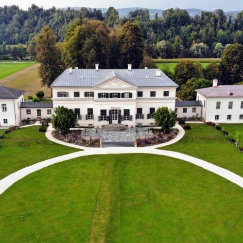 Schloss Rosegg Luftaufnahme. Veranstaltungen, Events und Hochzeiten im Schloss, sowie Ausflugsziel in Kärnten, Nähe Velden Wörthersee