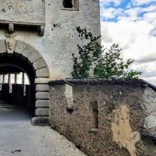Wächtertor bei Wanderung auf Kärntens TOP Ausflugsziel Burg Hochosterwitz mit Mittelalter-Museum