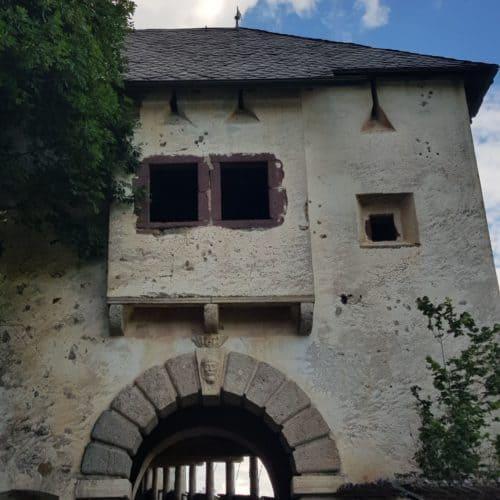 Wächtertor bei Wanderung auf Kärntens TOP Ausflugsziel Burg Hochosterwitz mit Mittelalter-Museum. Sehenswürdigkeit in Österreich