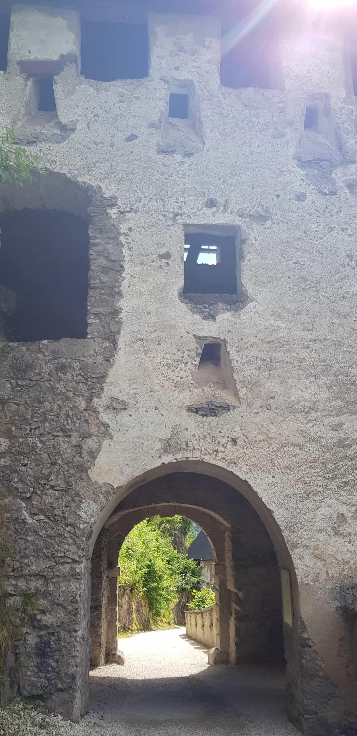 Aufgang Burg Hochosterwitz durch Waffentor - Mittelalter-Ausflugsziele in Kärnten, Österreich.