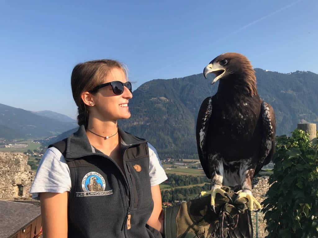 Falknerin und Adler auf Greifvogelwarte Landskron Nähe Millstätter See