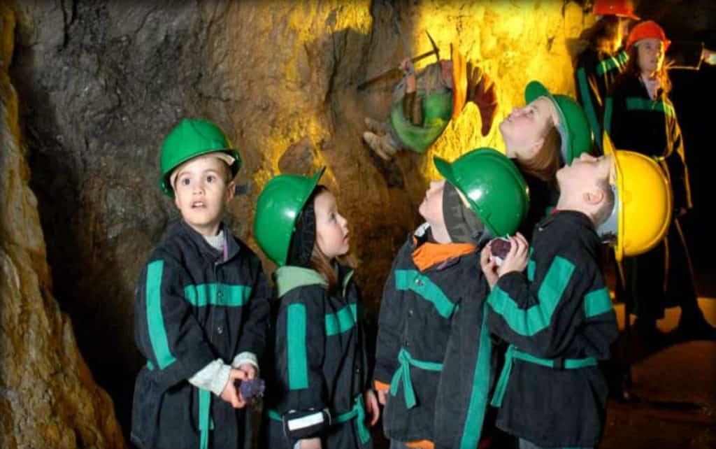 Kinder im Schaubergwerk Terra Mystica Bad Bleiberg