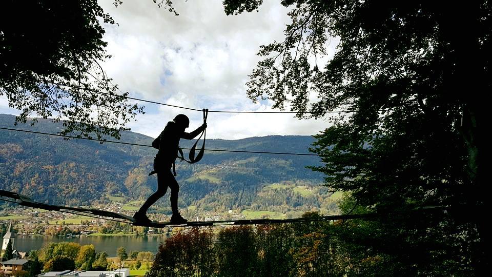 Klettern am Ossiacher See - Im Kletterwald in Ossiach mit See im Hintergrund. Freizeitaktivität für die ganze Familie