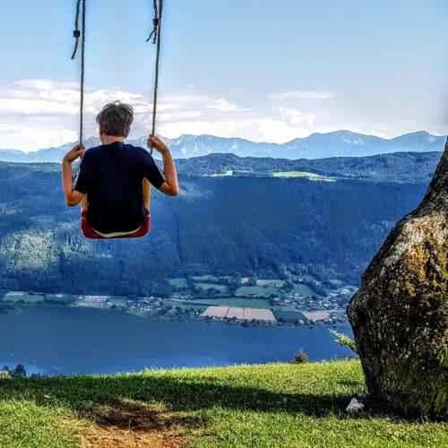 Kind auf Schaukel am Ossiachberg Region Villach Gerlitzen Ossiacher See - Familienausflug
