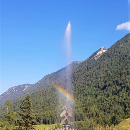 Glück auf Brunnen mit Regenbogen vor den Schaubergwerken Terra Mystica & Montana in Bad Bleiberg, Nähe Villach in Kärnten - Österreich.