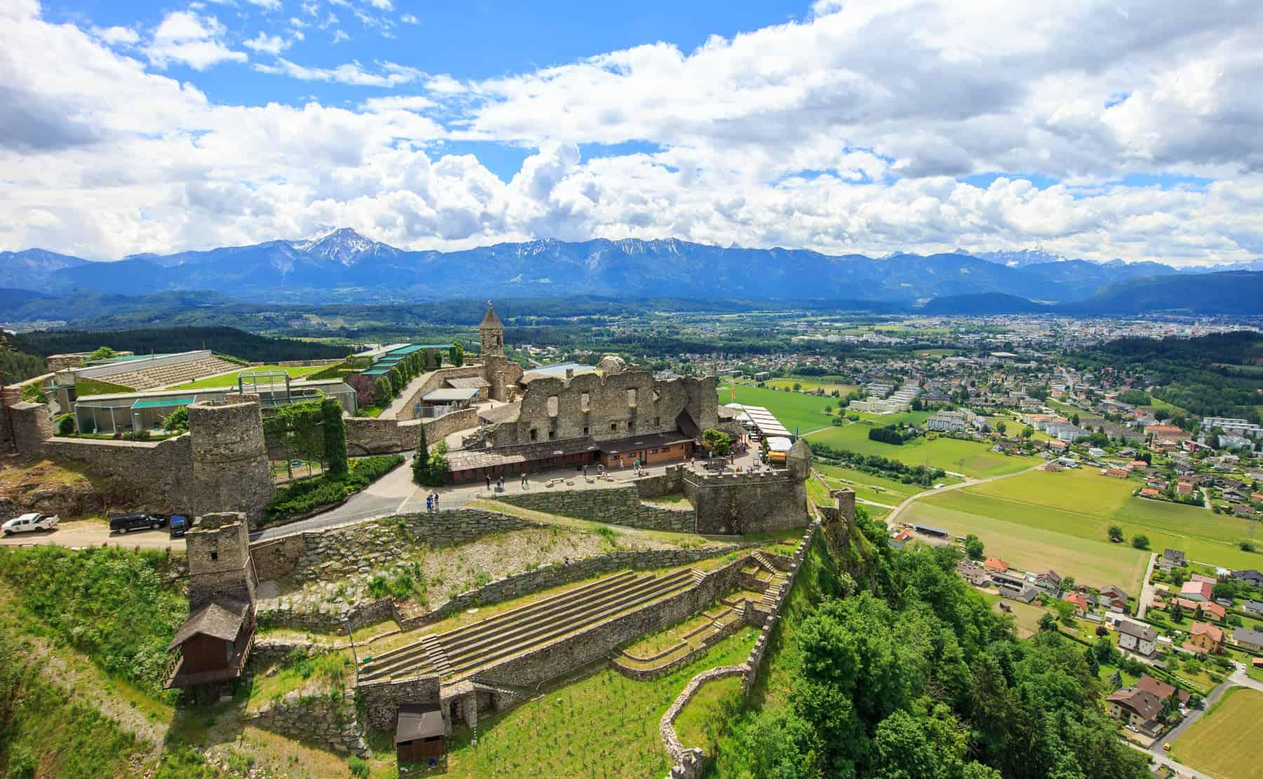 Burg Landskron - Region Villach in Kärnten, Österreich. Blick auf Karawanken, Mittagskogel & Julische Alpen. Auf Burg die Arena, wo Adlershows stattfinden.