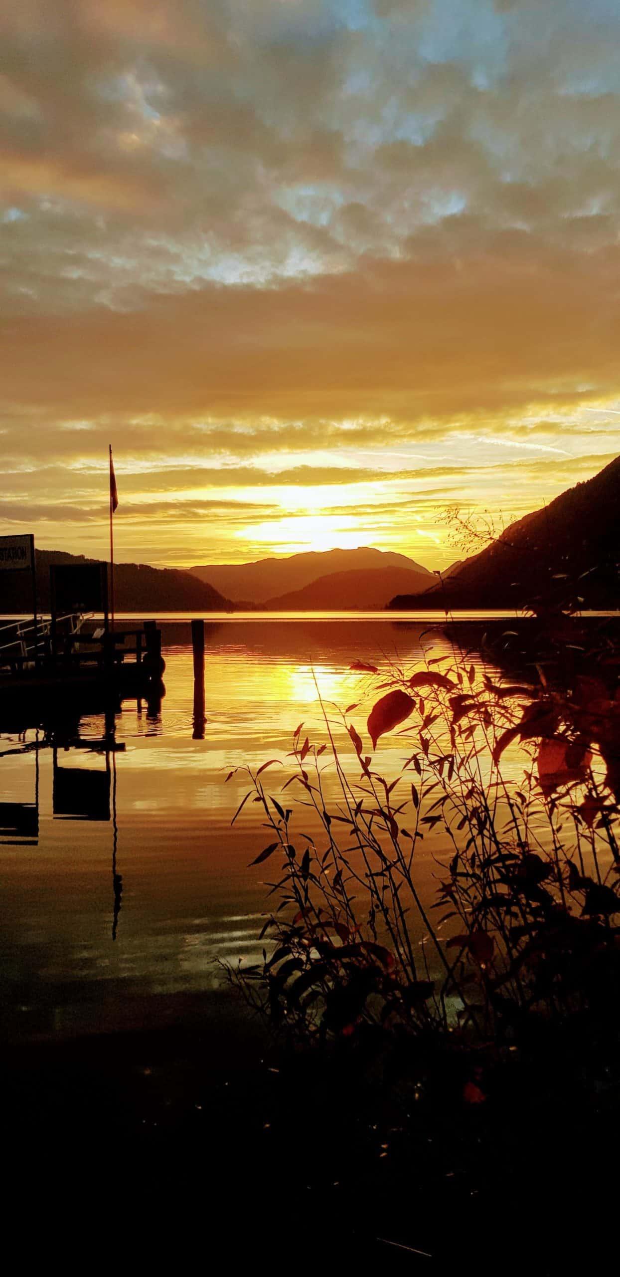 Ossiacher See Schifffahrt - Anlegestelle in Ossiach mit Sonnenuntergang. Ausflugsziel in Österreich, Kärnten.