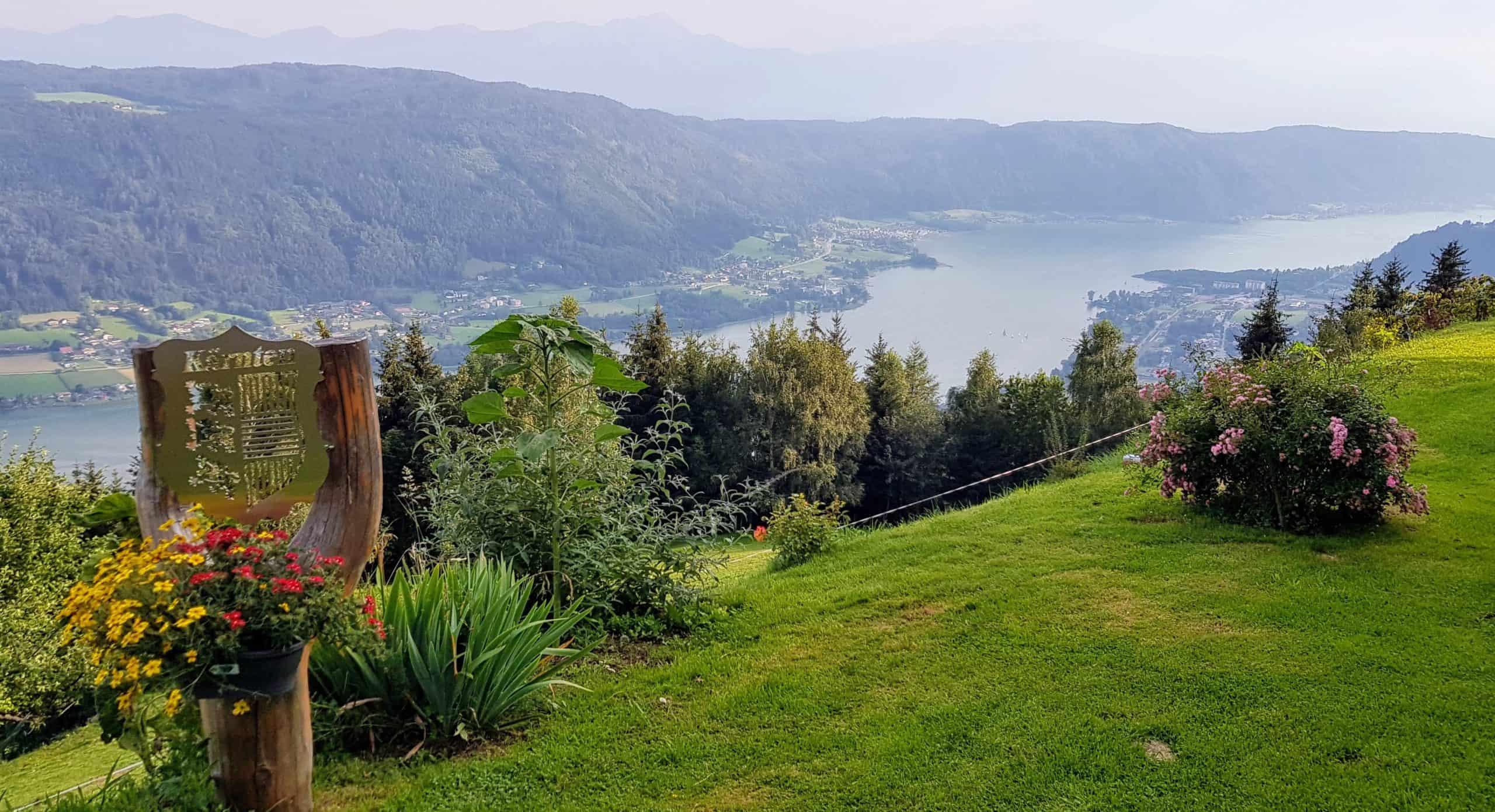 Familienausflug auf den Ossiachberg mit Blick auf den Ossiacher See und die Julischen Alpen in der Urlaubsregion Villach in Österreich