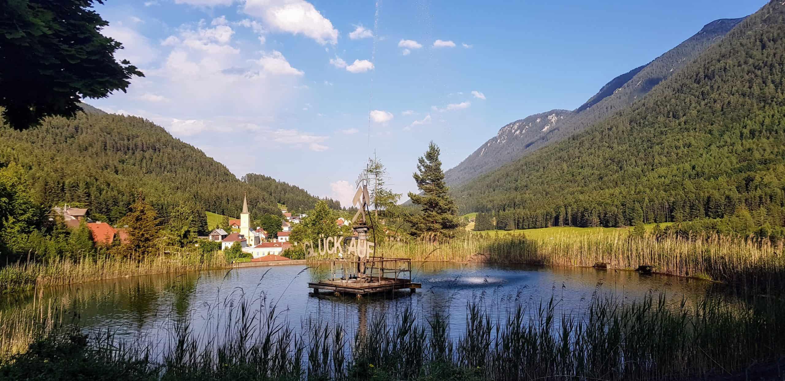 Brunnen in Bad Bleiberg, Nähe Villach. Er befindet sich vor dem Ausflugsziel für Familien, dem Schaubergwerk Terra Mystica in Österreich.