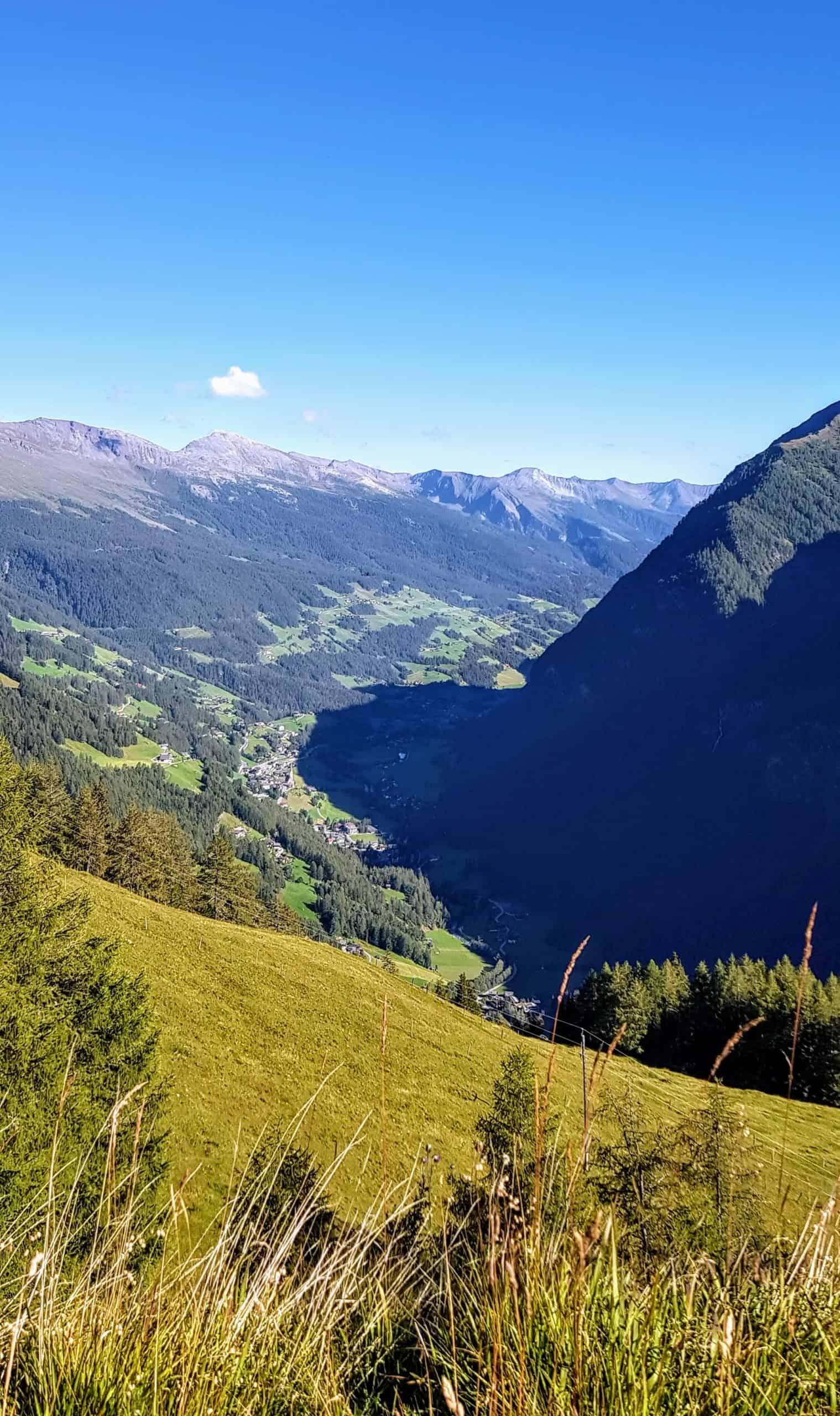 Blick auf das Mölltal in Kärnten von der Panoramastraße auf den Großglockner in Österreich im Herbst