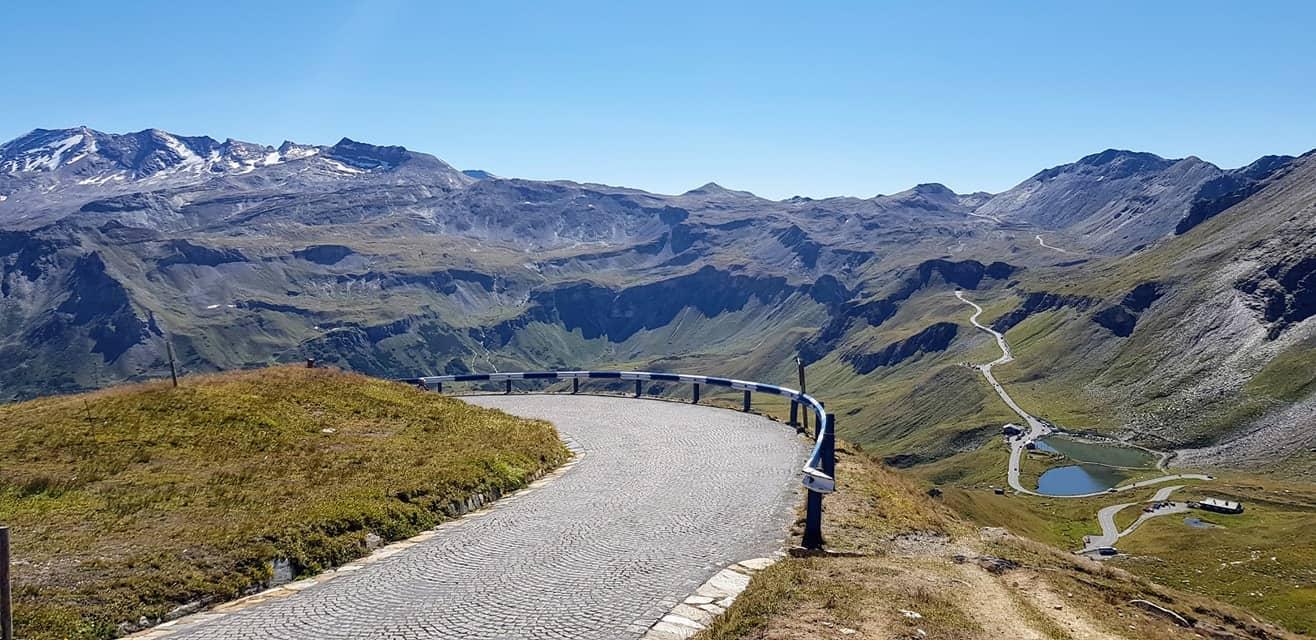 Auf die Edelweißspitze mit Aussicht auf Fuscher Lacke und Berge des Nationalparks Hohe Tauern bei Fahrt auf Großglockner Hochalpenstraße
