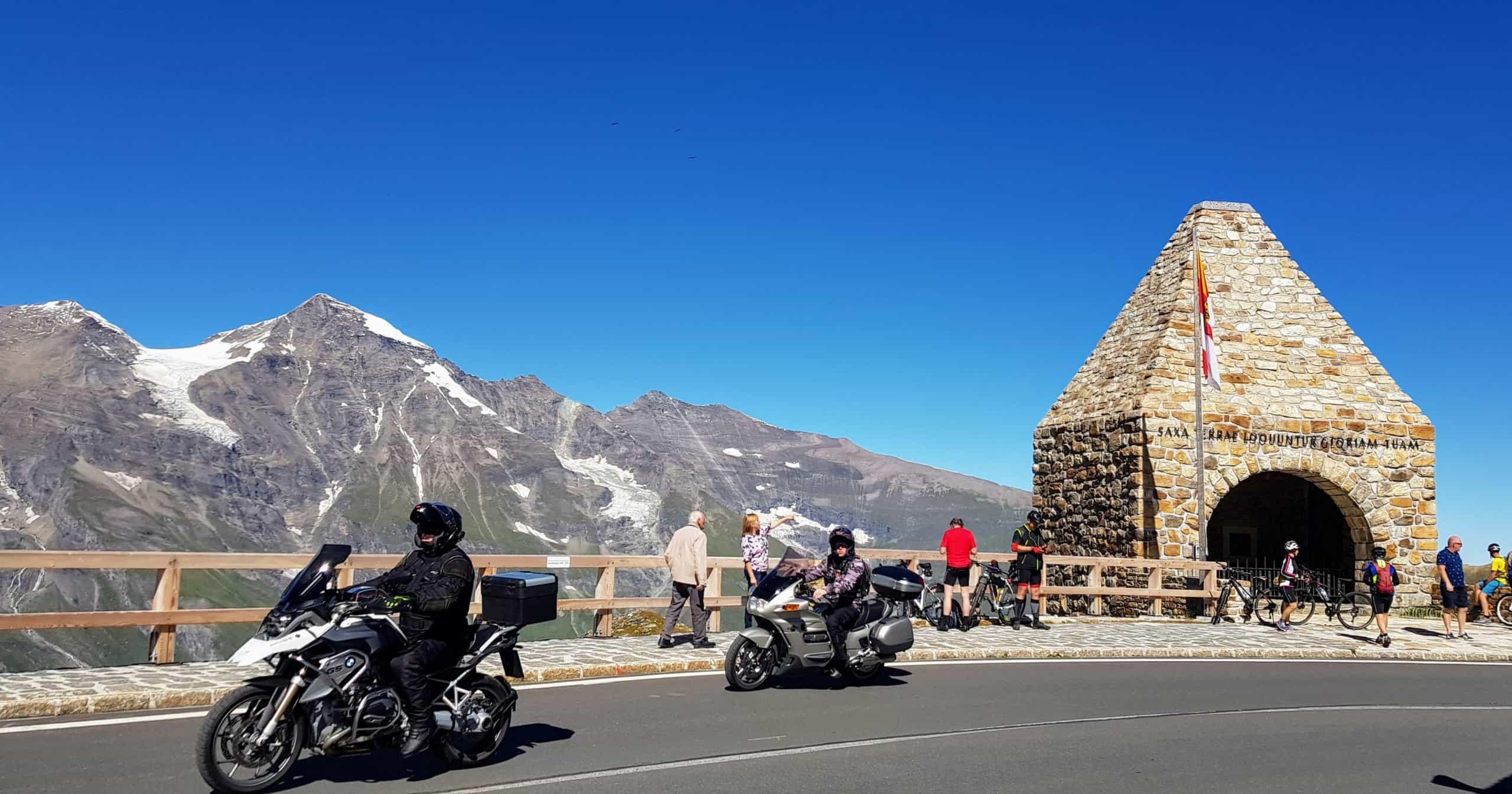 Fuscher Thörl auf der Großglockner Hochalpenstraße mit Motorradfahrer und Biker