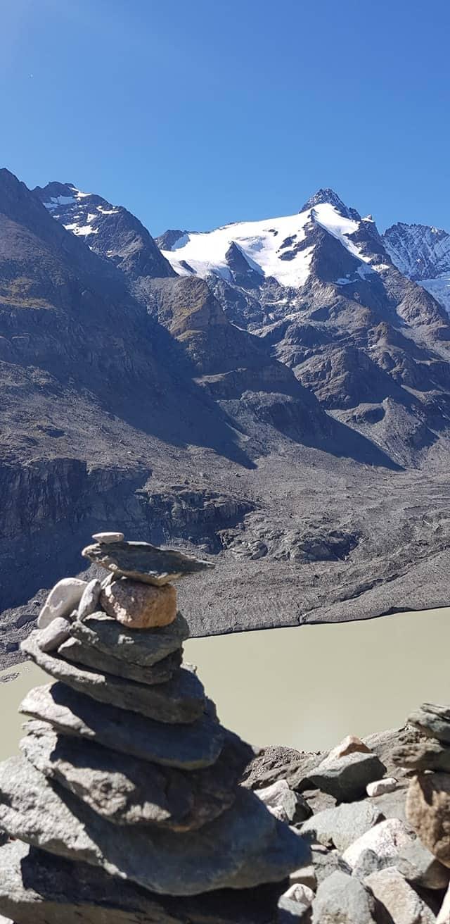Großglockner mit Gletschersee und Stoanamandl bei Wanderung zur Pasterze im Nationalpark Hohe Tauern - Österreich