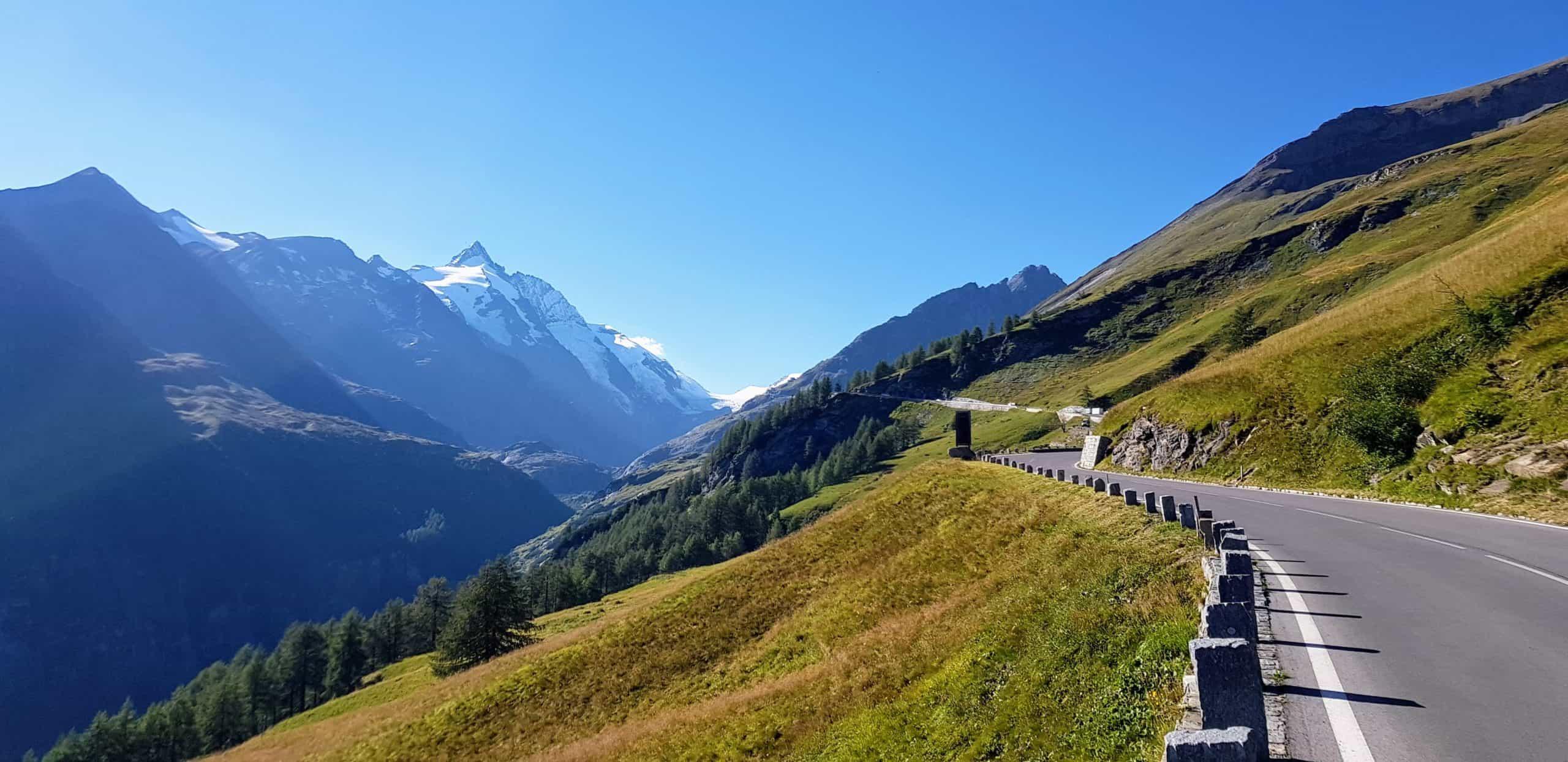 Der Großglockner im Nationalpark Hohe Tauern in Österreich mit Hochalpenstraße bei Auffahrt auf die Kaiser Franz Josefs Höhe in Kärnten