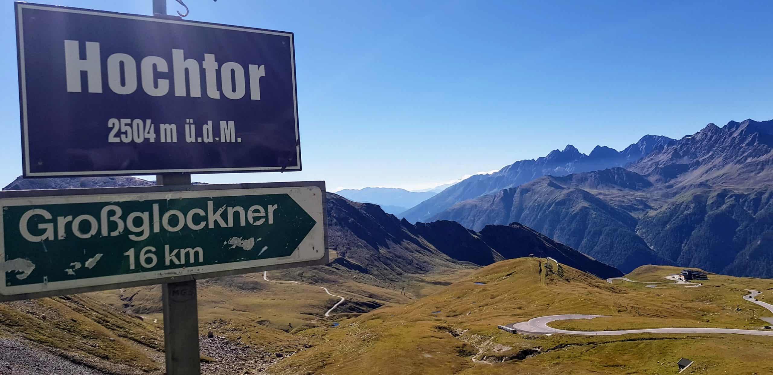 Schild Hochtor bei Großglockner Hochalpenstraße mit Bergen von Nationalpark Hohe Tauern in Österreich