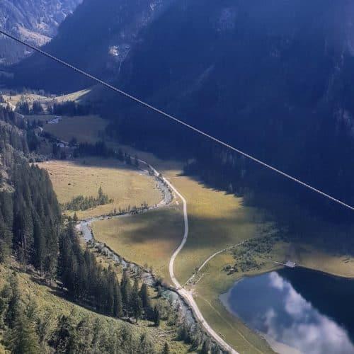 Blick ins Seebachtal und Stappitzer See bei Fahrt mit der Ankogel Hochgebirgsbahn im Nationalpark Hohe Tauern bei Ausflug mit Kärnten Card.