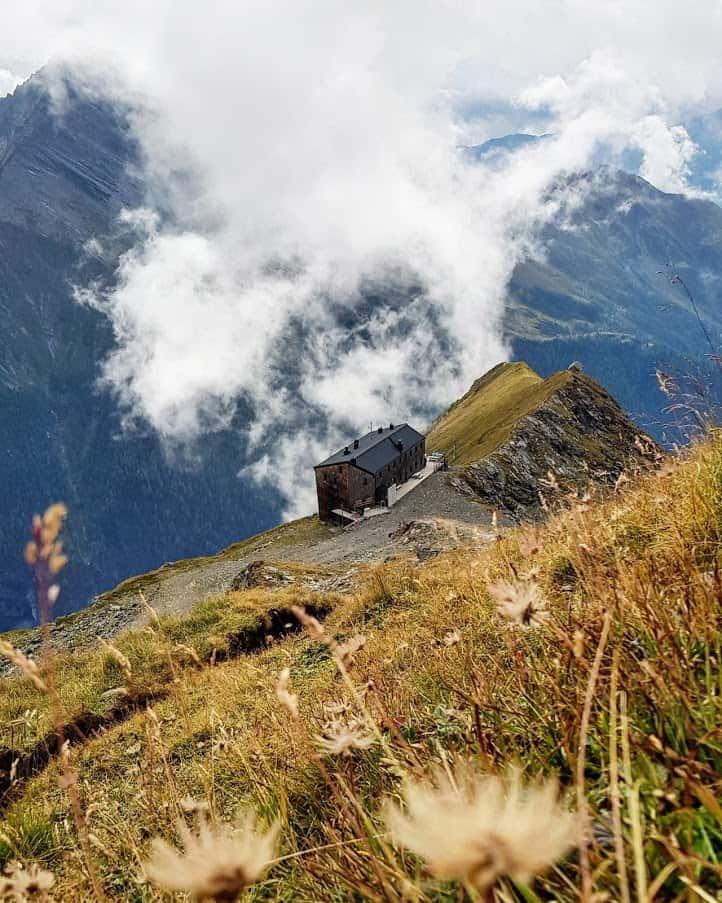 Hochgebirge Ankogelgruppe mit Hütte Hannoverhaus im Nationalpark Hohe Tauern in Kärnten bei Wanderung im Österreich-Urlaub.
